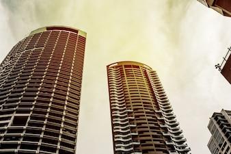 Vista di due skycrappers in brucia arancione immagine tonica.