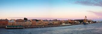 Vista panoramica di Embankment inglese al mattino