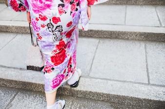 Vista posteriore di donna che indossa un kimono