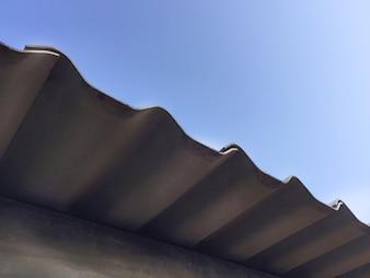 Vista sotto il tetto al cielo blu