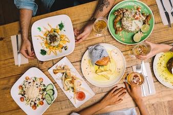 Vista superiore dei piatti sul tavolo