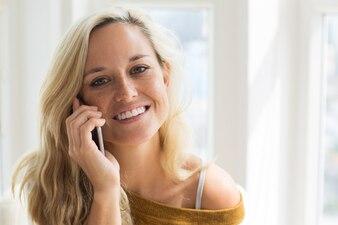 Volto felice di giovane donna parlando sul telefono cellulare
