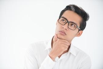 Volto riflessivo di giovane imprenditore in bicchieri
