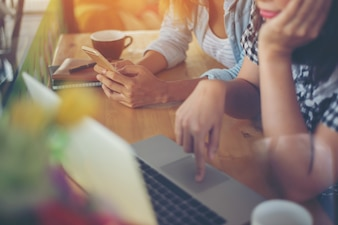 Womans Lavorare con un computer portatile