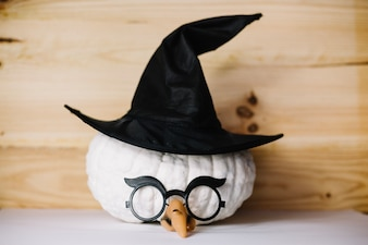 Zucca con cappello da strega e occhiali da vista
