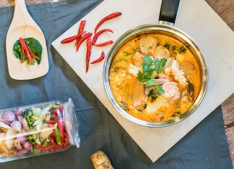 Zuppa di pesce acido o Tom Yum Seafood