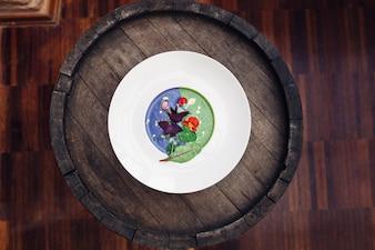 Zuppa verde e blu servita in lastra bianca si trova sul barile