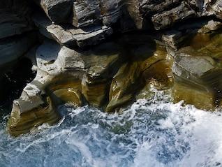 natureza corredeiras de águas cristalinas leito do rio rochoso