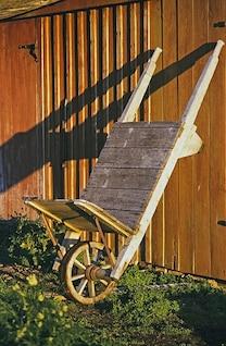 velho celeiro carrinhos de mão de madeira construção de casa antiga