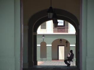 puerto rican locais, sentado