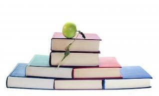 maçã sobre livros