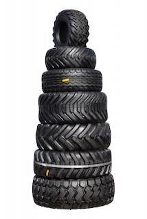 pilha de pneus de trator