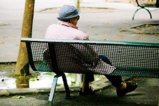 mulher velho sentado no banco