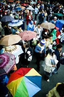 pessoas com guarda-chuva s