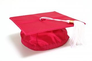 cerimônia de boné vermelho graduação