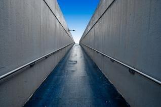 faixa de passagem subterrânea grande angular