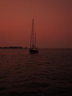 barco à vela por do sol