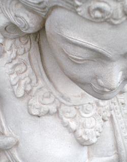 estatueta de pedra branca oriental
