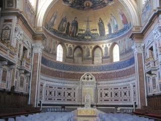dentro de uma catedral católica