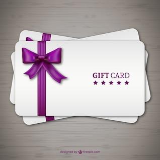 Os cartões de presente com a fita roxa