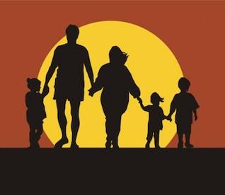Silhueta da família no por do sol de mãos dadas
