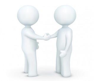 Duas pessoas apertando as mãos acordo