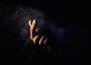 Mão e poeira