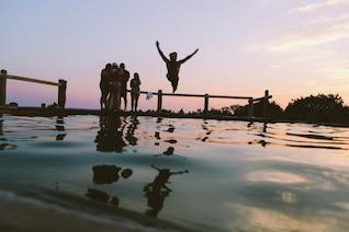 Saltando ao pôr do sol