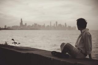 Homem olhando para a cidade