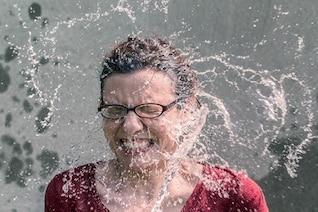 Respingos de água no rosto