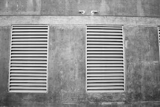 Aberturas em uma parede de concreto