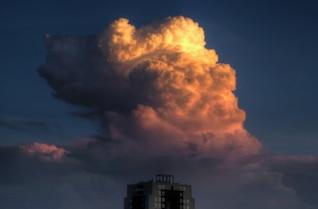 Nuvem bonito acima do edifício