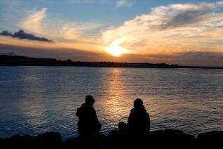 Casal e do pôr do sol