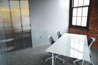Mesa branca na sala de reuniões