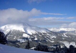 Nuvens acima pico nevado