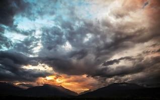 Céu dramático e sombrio
