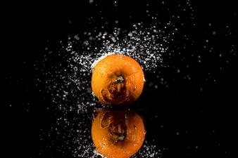 A laranja está no fundo preto