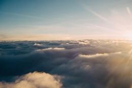 A luz solar acima das nuvens