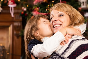 A menina beija sua matriz na cara