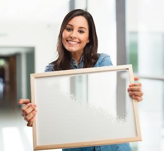 A menina com uma placa branca