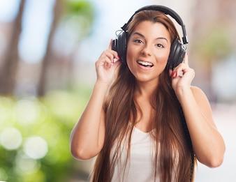 A mulher agradável de ouvir música