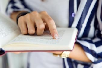 A pessoa que lê um livro