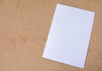 A4 White Paper na textura de madeira compensada para o fundo.