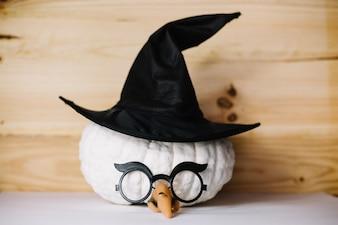 Abóbora com chapéu de bruxa e óculos