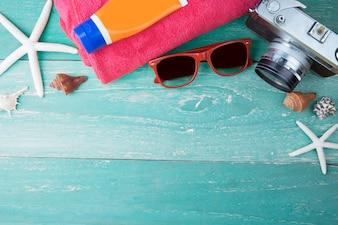 Acessórios de praia de viagem de verão na tábua de madeira