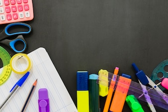 Acessórios escolares na mesa