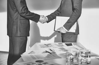 Acordo do negócio em preto e branco