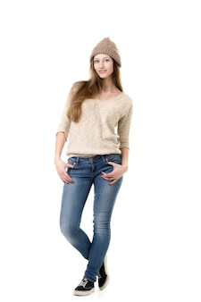 Adolescente atraente com roupas quentes e casuais