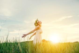 Adolescente calmo com fundo do sol