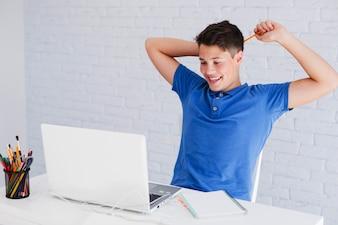 Adolescente coçando a cabeça com lápis